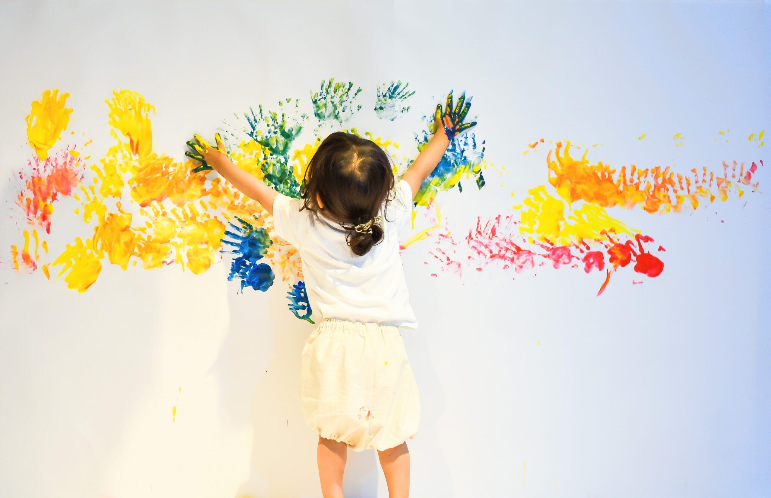 絵の具あそび。壁にハンドペイント。