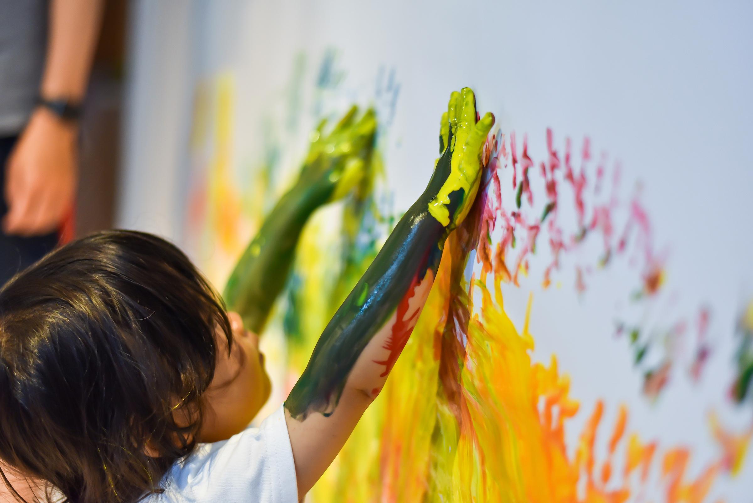 絵の具遊び。壁にハンドペイント