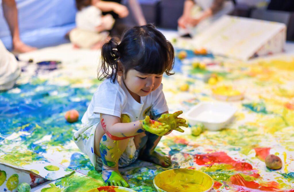 絵の具遊び。絵の具まみれの女の子