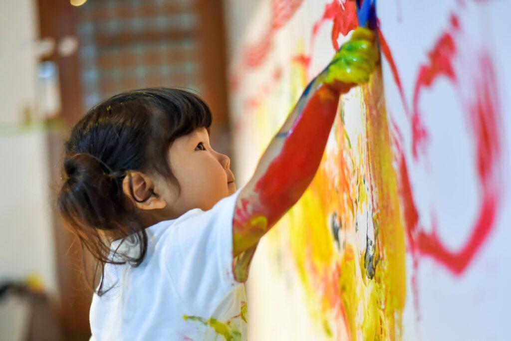 絵の具遊び。壁にダイナミックにお絵かき